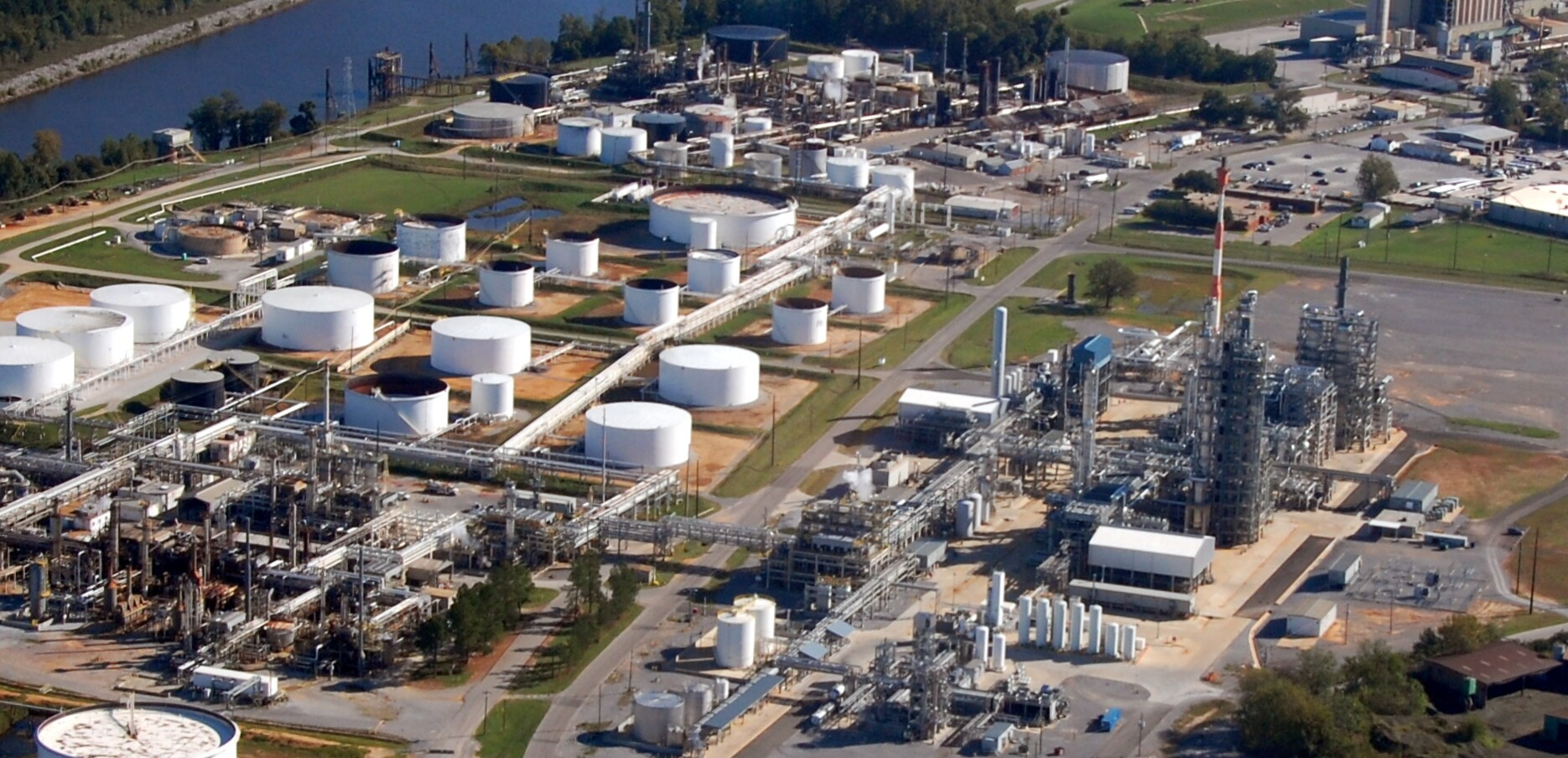 Hunt refinery with UCG Oxygen and Nitrogen plant in lower left of photo